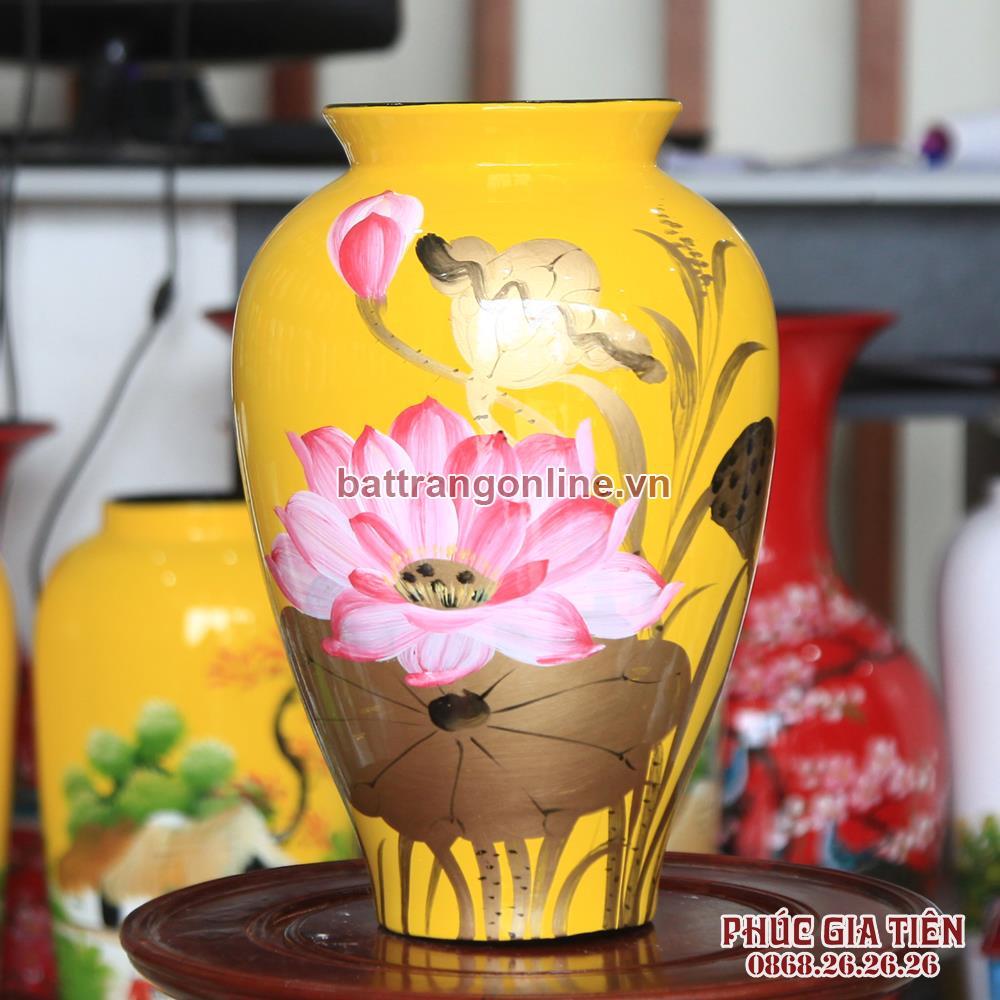 Bình sơn mài đùi dế vẽ hoa sen nền vàng cao 28cm