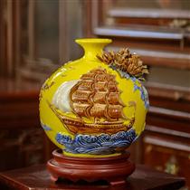 Bình sứ thuận buồm xuôi gió, nền vàng, cao 20cm