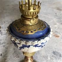 Đèn dầu thờ khắc nổi - chân đồng - men trắng - cao 34 cm